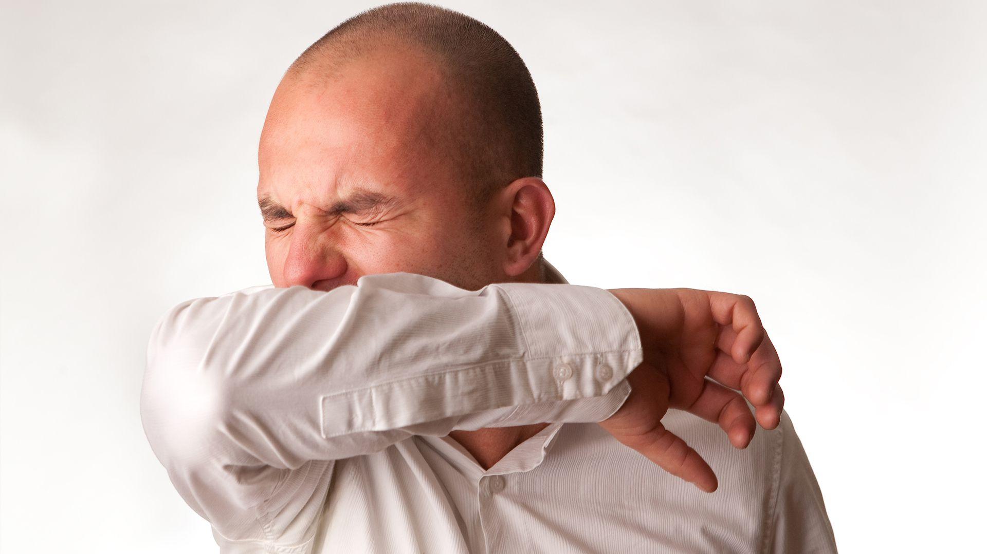 Taparse la boca y la nariz con un pañuelo descartable, o estornudar hacia la parte interior del codo son las recomendaciones para no suprimir el estornudo (Getty)