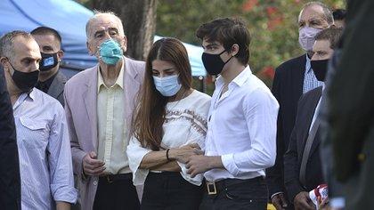 A la derecha de la imagen, con camisa a cuadros, Ramón Hernández, ex secretario privado de Menem