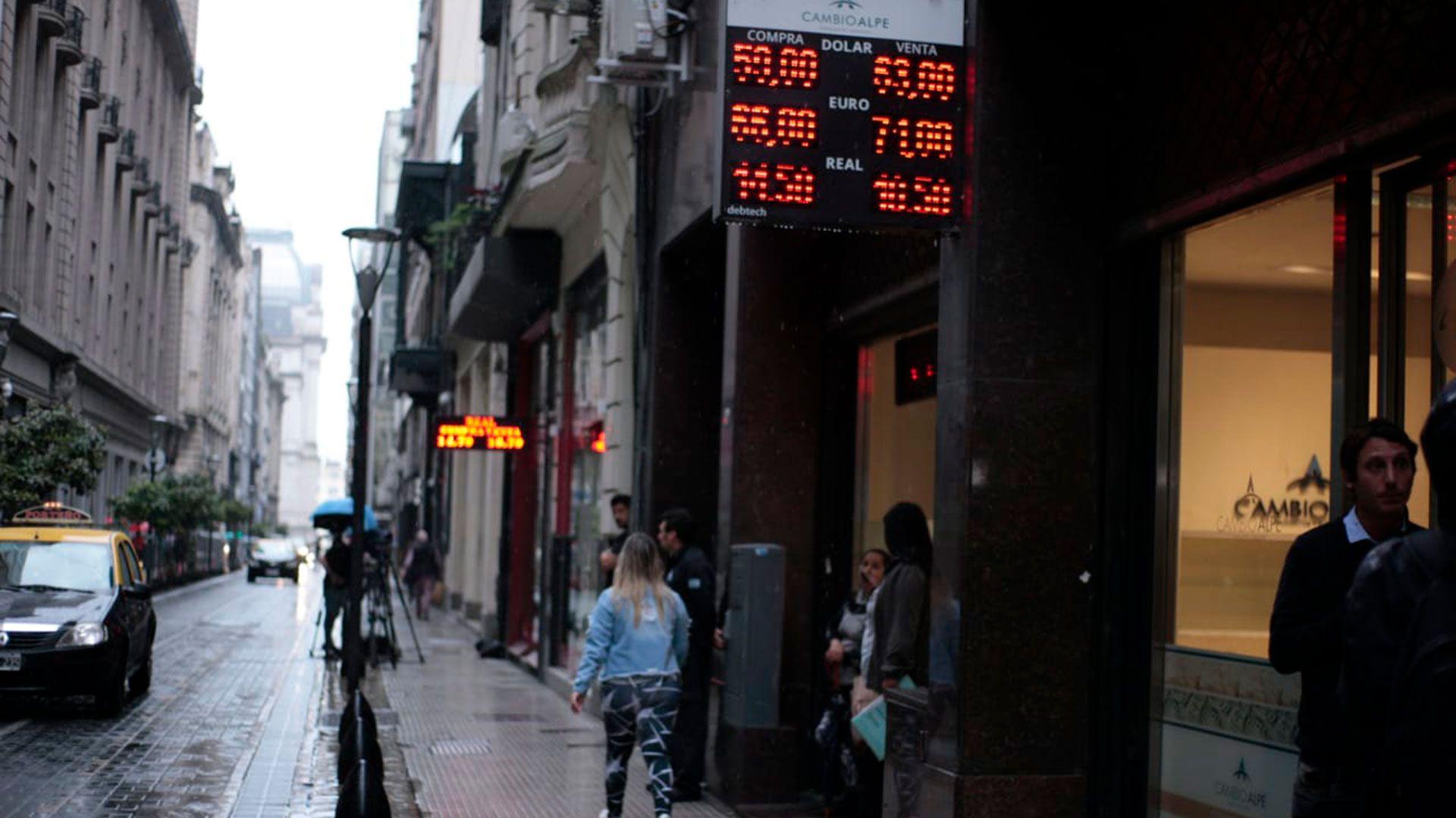 El precio del dólar oficial suma un incremento de 58,1% en 2019.   (Luciano González)