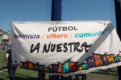 """En la Villa 31 Mónica Santino dirige """"La nuestra, fútbol feminista"""" y cree que las mujeres pueden cambiar la lógica de las batallas como entre Boca y River. (Gastón Taylor)"""