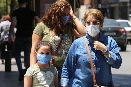 El coronavirus genera una cantidad de infecciones sin síntomas mucho mayor a lo que se creía, lo cual refuerza la necesidad de usar mascarillas y mantener la distancia social. (REUTERS/Aziz Taher)