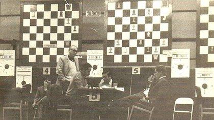 Bobby Fischer bebe agua en medio de una partida. Su estilo, sus salidas y su genio ajedrecístico marcaron una época de oro del juego ciencia.