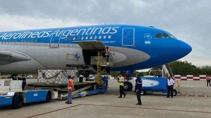 El vuelo que arribará el viernes traerá al país 400 mil dosis de la vacuna Sputnik V (@Aerolineas_AR)