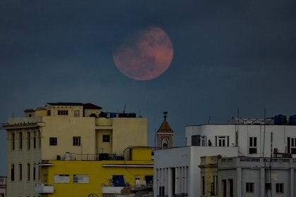 La super luna llena se levanta en el cielo de La Habana, en Cuba, el 26 de abril 26, 2021 (Photo by YAMIL LAGE / AFP)