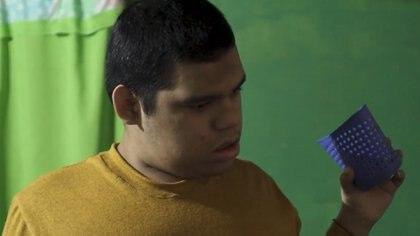 Adrián Martínez tiene 22 años y nació con una parálisis cerebral (Canal 12 Misiones)