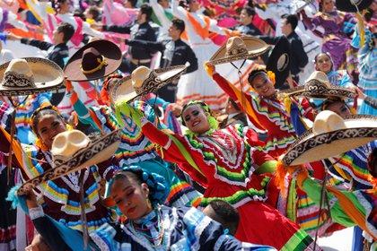 Unos 882 bailarines batieron este sábado el Récord Guinness de la danza folclórica más grande del mundo en Guadalajara (México), como parte del Encuentro Internacional del Mariachi y la Charrería que se desarrolla hasta el próximo 2 de septiembre. (Foto: Francisco Guasco/EFE)