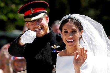 FOTO DE ARCHIVO: El príncipe Harry de Gran Bretaña junto a su esposa Meghan en un carruaje tirado por caballos después de su ceremonia de boda en la Capilla de San Jorge en el Castillo de Windsor en Windsor, Reino Unido, el 19 de mayo de 2018. REUTERS / Damir Sagolj