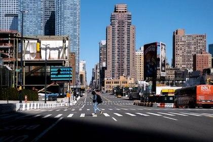 Una calle vacía en Manhattan tras el brote de coronavirus en la ciudad de Nueva York, EEUU, el 15 de marzo de 2020. REUTERS/Jeenah Moon