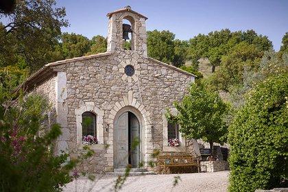 El pueblo, ubicado en la Provenza, cubre 17 hectáreas e incluye una capilla y un restaurante