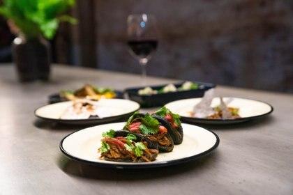 En los sabores, en las salsas y en la construcción de los platos en sí, se fusionan la cocina oriental y latinoamericana