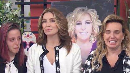 De izquierda a derecha, la sobrina de Magda, Paulina; la hija de la productora, Andy Escalona, y la hermana, Andrea Rodríguez (Foto: Televisa/Las Estrellas)