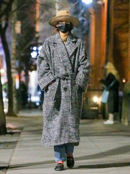 Marcó tendencia con su look. Katie Holmes caminó por el barrio Soho de Nueva York y no pasó inadvertida. La actriz lució un tapado oversize gris, un sombrero marrón, zapatos negros y un jean