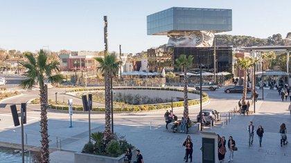 Se encuentra ubicado en un Le Polygone Riviera, un shopping al aire libre de la Costa Azul que abrió durante el 2015