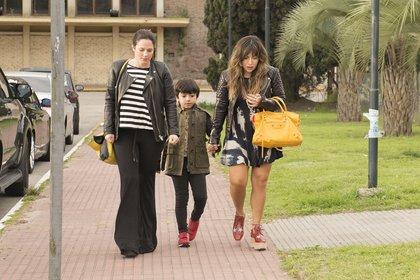 Gianinna Maradona, su hijo Benjamín y una amiga, rumbo al bautismo de Dieguito Fernando