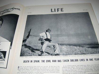 """La foto de célebre y discutida, cuando salió publicada en la revista """"Life""""."""
