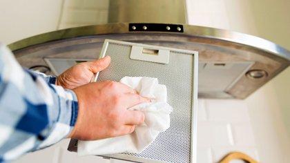 El uso de una campana extractora, si está bien ventilada hacia el exterior, puede disminuir dramáticamente la cantidad de contaminación relacionada con la cocina en casa (Shutterstock)
