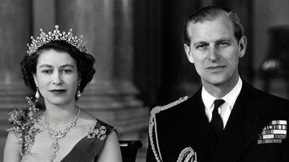La reina Isabel II y el príncipe Felipe, duque de Edimburgo, fotografiados juntos en la gran entrada del Palacio de Buckingham en 1954