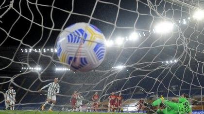 Fútbol Fútbol - Serie A - AS Roma v Juventus - Stadio Olimpico, Roma, Italia - 27 de septiembre de 2020. Cristiano Ronaldo de la Juventus marca su primer gol desde el punto de penalti REUTERS / Alberto Lingria