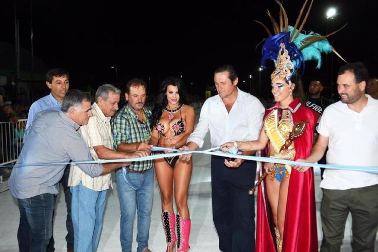 El intendente Camilo Etchevarren le entregó un ramo de flores y con el corte oficial de la cinta, quedó inaugurada la tercera edición del Carnaval del Sol