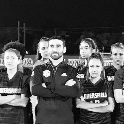 El argentino dirige al equipo universitario femenino de CSU Bakersfield (@svecchiosports)
