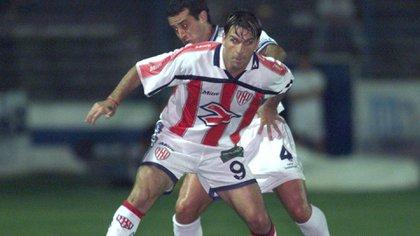 """""""La mejor camiseta que cambié es una de Riquelme en Boca: le ganamos con Unión en la Bombonera y pensé 'qué le voy a pedir, sabés cómo debe estar Román'. Por suerte me la mandó al vestuario. También tengo de Ortega y Saviola"""" (Fotobaires)"""