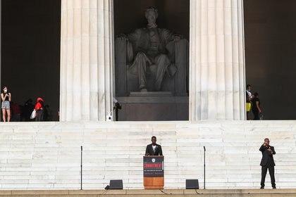 Ty Hobson-Powell, un adolescente prodigio que obtuvo un título universitario y una maestría a la edad de 19 años y ahora es el Fundador y Director de Política para Ciudadanos Preocupados DC, habla a los manifestantes reunidos en el Lincoln Memorial el 28 de agosto de 2020 (REUTERS / Tom Brenner)