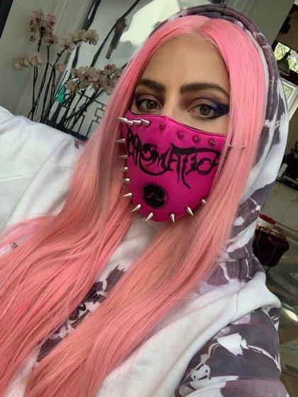 """El cubrebocas que usó Lady Gaga para promover su álbum """"Chromatica"""" también es creación del diseñador (Foto: Instagram/Ladygaga)"""