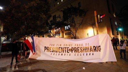 Personas que apoyan la medida de aseguramiento contra el senador Álvaro Uribe (EFE/ Mauricio Dueñas Castañeda)