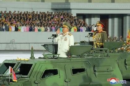 Corea del Norte conmemora el 75 aniversario de la fundación del gobernante Partido de los Trabajadores con un destile militar en Pyongyang (KCNA via REUTERS)