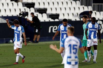 El jugador del CD Leganés Bryan Gil (izda) celebra con sus compañeros elgol conseguido ante el Real Madrid, durante el partido correspondiente a la última jornada de La Liga disputado en el estadio Butarque de Leganés. EFE/Mariscal