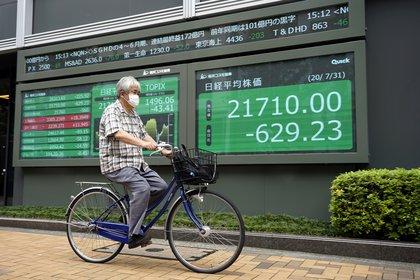 El Nikkei abrió en alza este lunes luego de que el fin de semana se conocieran los resultados de las elecciones en EEUU (EFE/EPA/FRANCK ROBICHON)