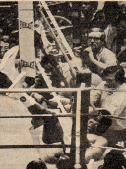 El momento en que Alí toca la lona y los espectadores enmudecieron. Fue en el noveno round.