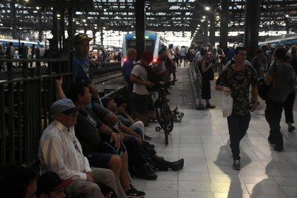 Los pasajeros que quedaron varados en la estación Constitución (Nicolás Stulberg)