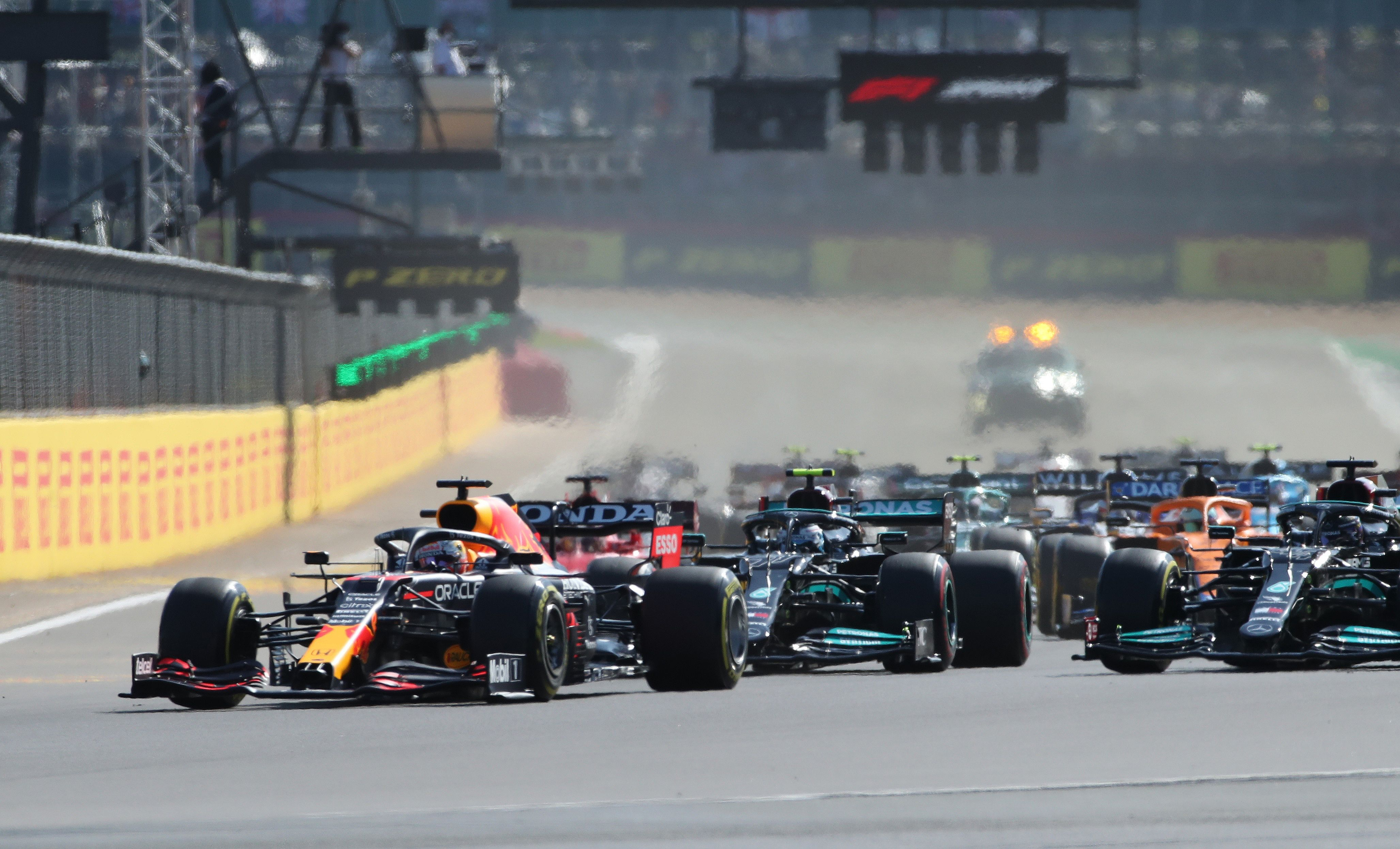 Verstappen aventajó a Hamilton en la largada de la carrera sprint (REUTERS/Peter Cziborra)