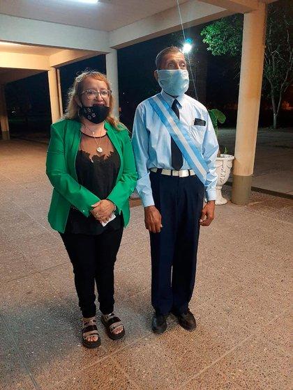 """""""Don Gonza"""" junto a Patricia Duarte, la directora del colegio Comercio José Ingenieros de la ciudad de San Pedro de Jujuy"""