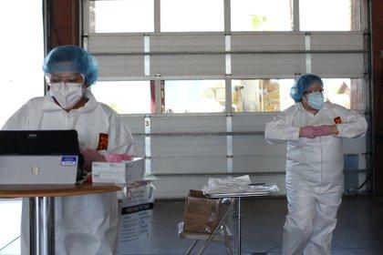 Científicos procesan test de coronavirus en Arizona REUTERS/Courtney Pedroza