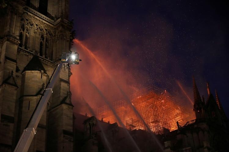 Arduo operativo de los bomberos para frenar las llamas(Fotos de AP y REUTERS)