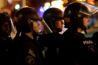 Oficiales de policía observan a manifestantes en St. Louis, Missouri (REUTERS/Joshua Lott/Archivo Foto)