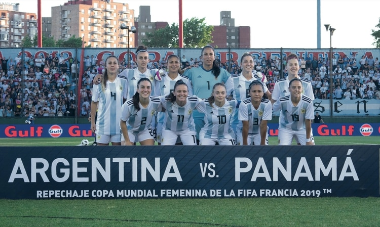 El plantel de la Selección Argentina de Fútbol Femenino momentos antes de jugar contra Panamá.