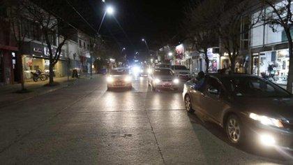 Cientos de personas reclamaron, arriba de sus autos, en las calles de General Roca (foto: gentileza Juan Thomes)