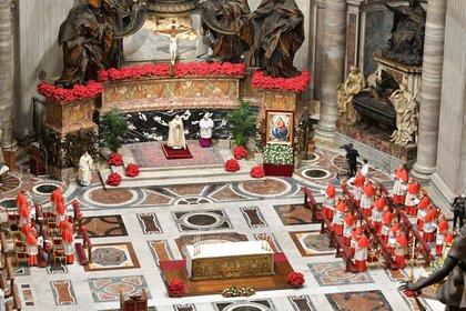 Tanto en la ceremonia del 31 de diciembre como en la del 1 de enero, el papa estuvo ausente por una ciática y la basílica no recibió fieles por precaución ante el rebrote de coronavirus (Vatican Media/Handout via REUTERS)