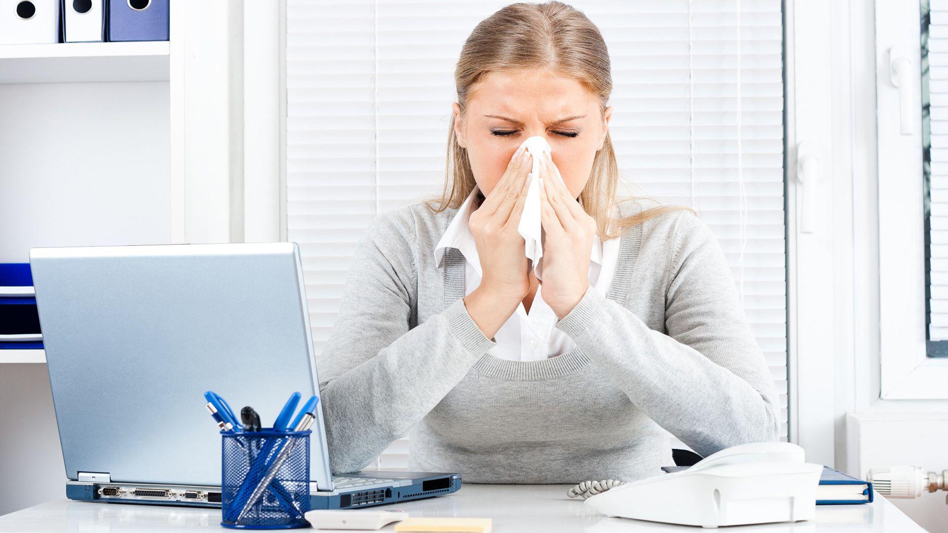 El entorno laboral suele convertirse en foco de propagación y contagio de distintos virus. En esta temporada invernal, las enfermedades respiratorias, como la gripe, se vuelven moneda corriente