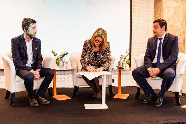 Teresa Carlson, VP de Amazon Web Services, León Molina, director de Marketing y Comunicación de la Universidad, e Ignacio Jarma, rector y presidente de TecLab