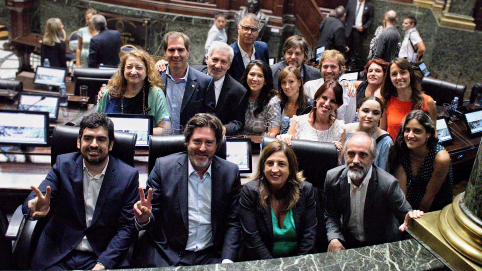 Los legisladores del Frente de Todos durante la sesión en la que se repudió al jugador de Nueva Chicago