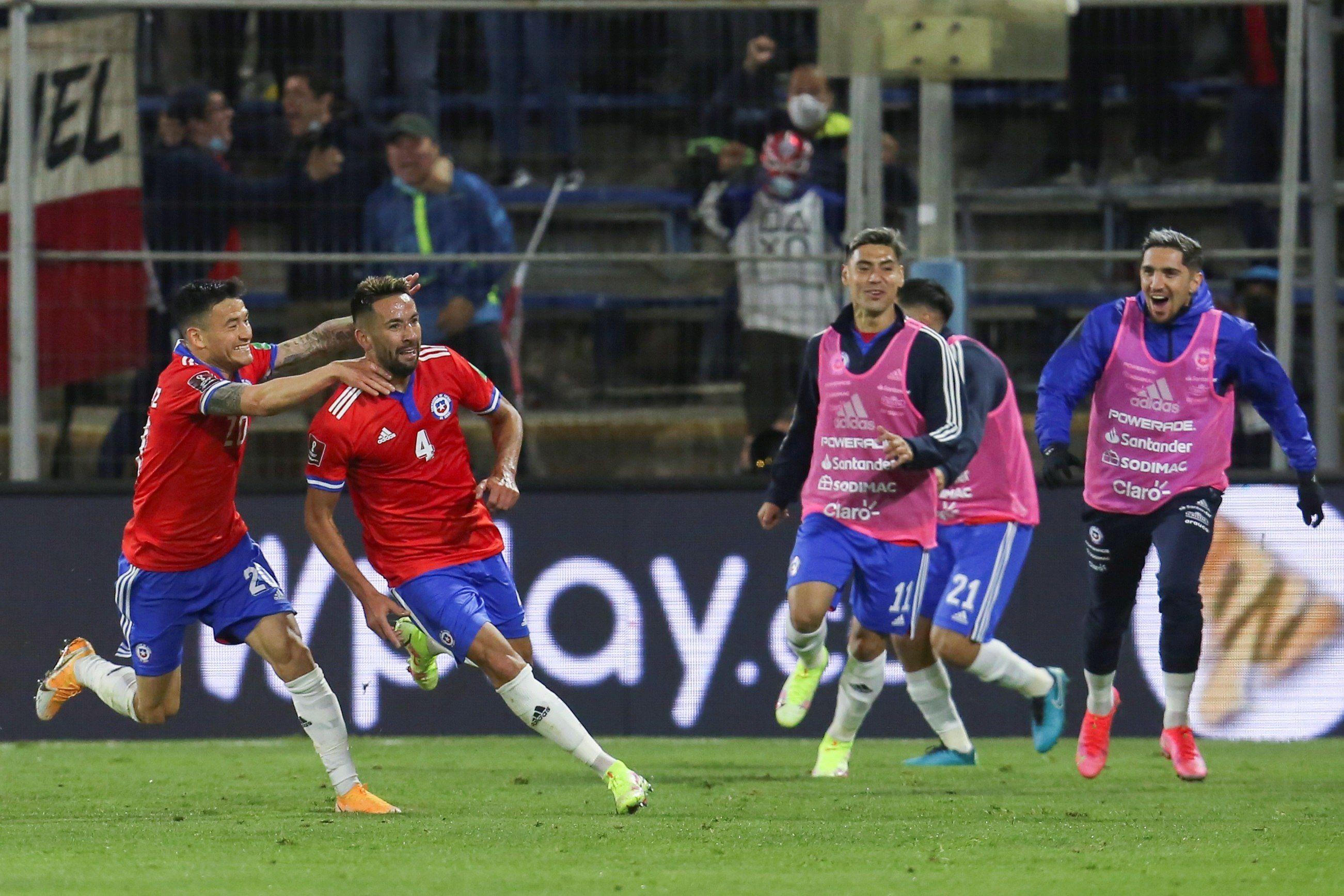Mauricio Isla (2-i) de Chile celebra un gol ante Paraguay hoy, durante un partido por las eliminatorias sudamericanas al Mundial de Catar 2022, en el estadio San Carlos de Apoquindo en Santiago (Chile). EFE/ Elvis González /POOL