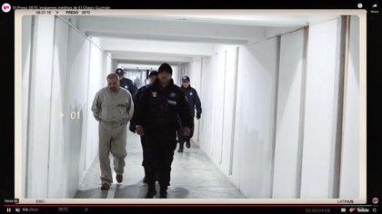 """Un hombre que se cree que es el narcotraficante mexicano Joaquín """"El Chapo"""" Guzmán, aparece en lo que se cree que es la prisión del Altiplano en 2016. LATINUS/via REUTERS"""