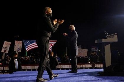 Barack Obama y Joe Biden en el escenario de un acto de campaña en Detroit, Michigan. REUTERS/Brian Snyder