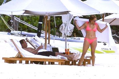 Jennifer Lopez y Alex Rodríguez disfrutan de un viaje romántico en las Islas Turcas y Caicos, , luego de no poder concretar la compra a los Mets de Nueva York. La cantante y actriz lució una bikini rosa y se relajó con su pareja en un día soleado en la playa (Foto:  Backgrid / The Grosby Group)