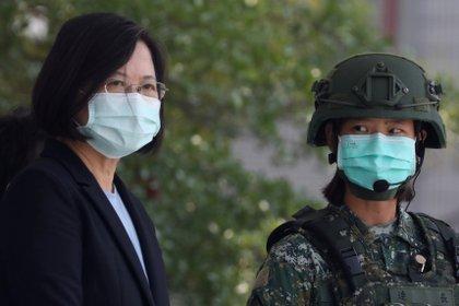 La presidente de Taiwán, Tsai Ing-Wen, con una máscara facial, observa a los soldados realizando simulacros en un campamento  militar en Tainan, Taiwán (Reuters)