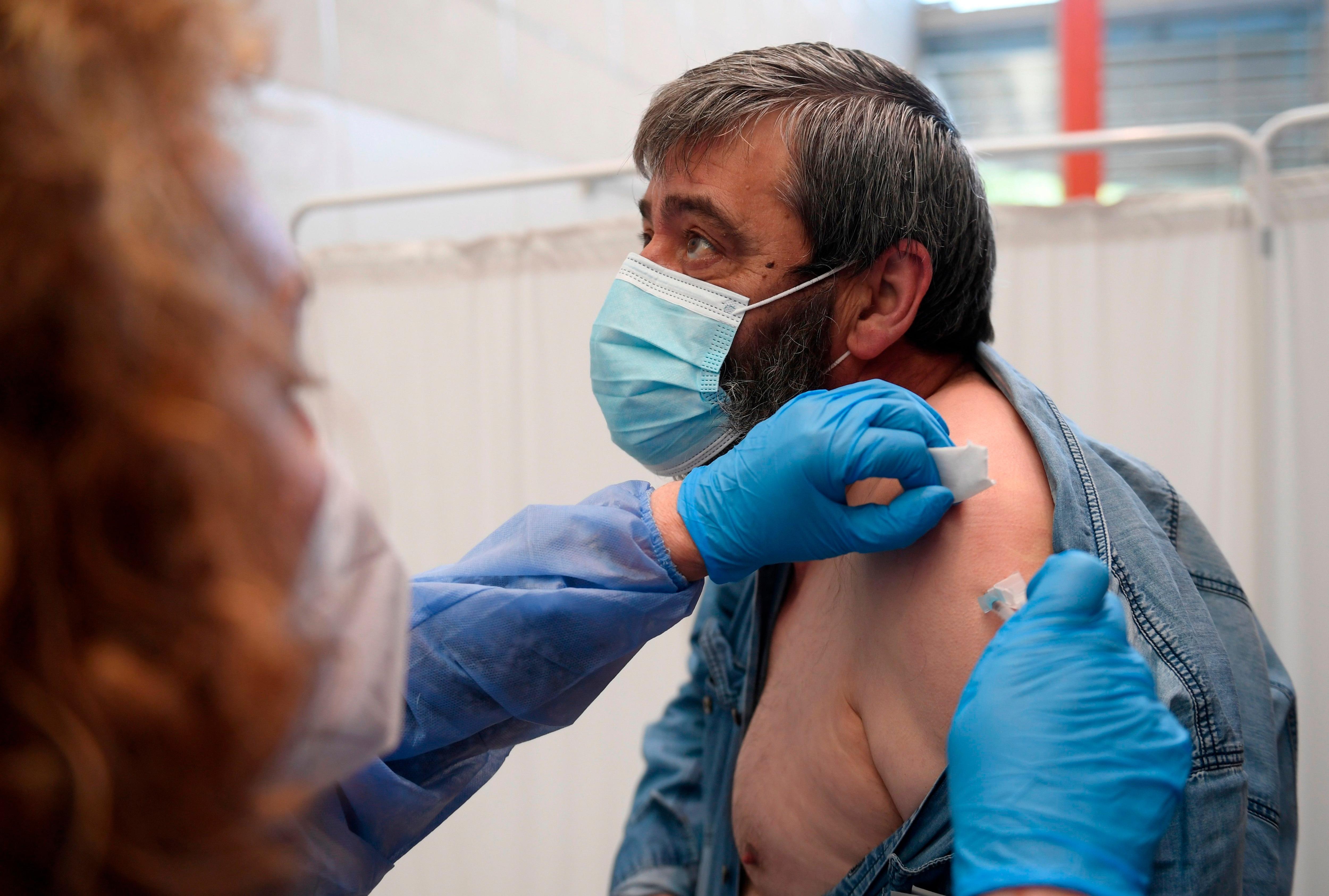 Los investigadores del estudio CombiVac dicen que los resultados preliminares señalan que la combinación de las vacunas de AstraZeneca con la de Pfizer/BioNTech como segunda dosis es segura/ EFE/ELOY ALONSO